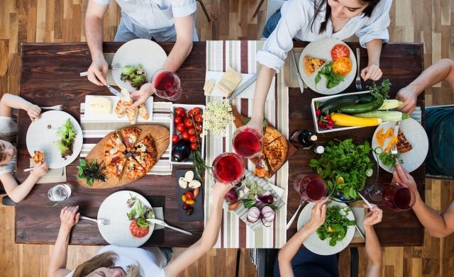 家族の食卓シーン