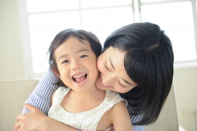 子供を抱きしめる母イメージ