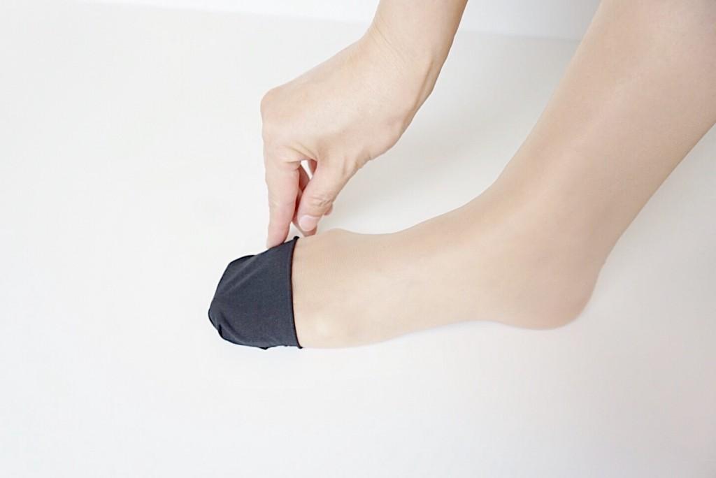 ストッキングの切れ端を足に巻くやり方