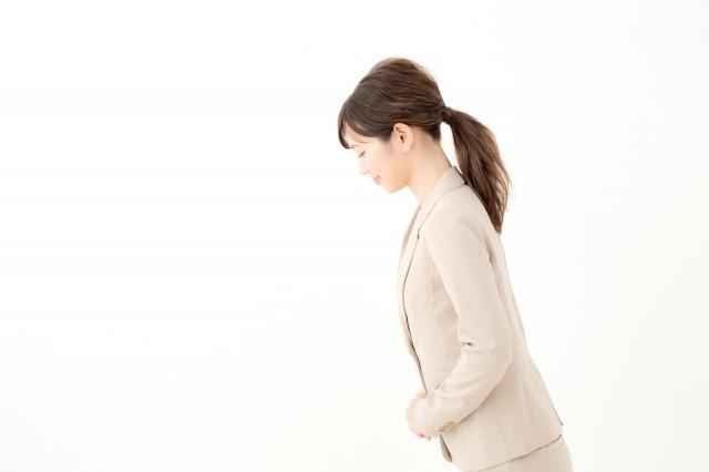 綺麗なお辞儀をする女性イメージ
