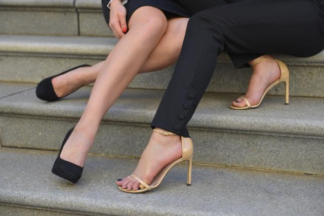 ハイヒールで座る女性