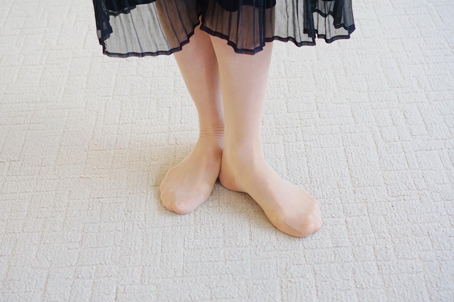 土踏まずの内側に片方の足の踵をつけて立つイメージ