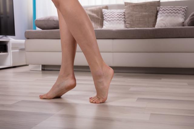 裸足で家をウォーキングイメージ