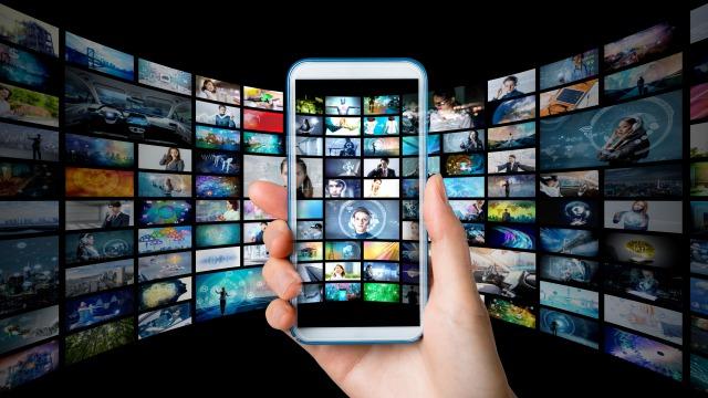 ネットやテレビの情報過多イメージ