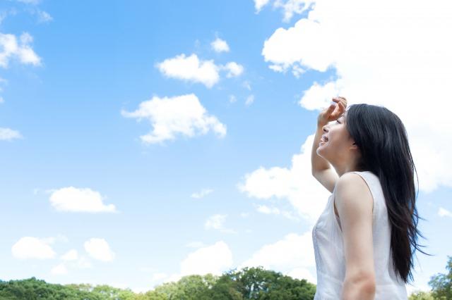空などを見て目線を上げるイメージ