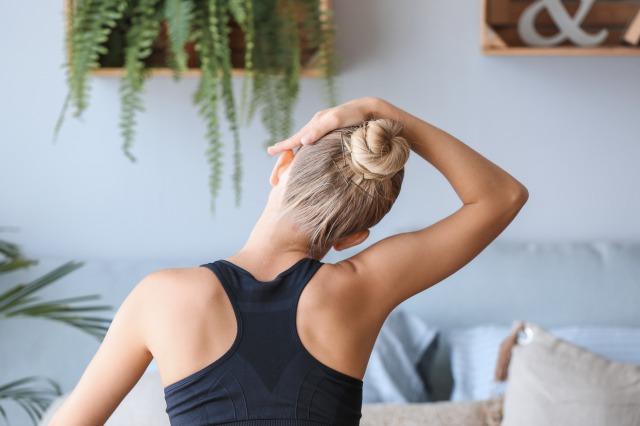首のストレッチをする女性イメージ
