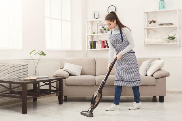 掃除機をかける女性イメージ